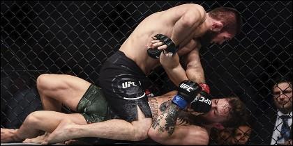 UFC: Khabib Nurmagomedov 'asfixia' a Conor McGregor y gana el combate.