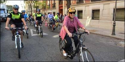 Madrid: la alcaldesa Manuela Carmena se sube a la bicicleta.