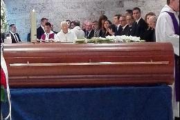 El sacerdote preside la misa funeral por la soprano en el Tanatorio de Les Corts