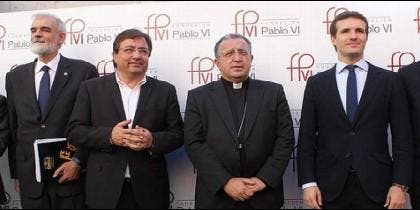 Guillermo Fernández Vara (tercero por la izquierda) en la Pablo VI