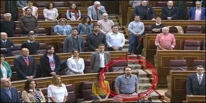 Pablo Iglesias, secretario general de Podemos, con las mnos en los bolsillos durante el minuto de silencio por las víctimas de la inundación en Mallorca.