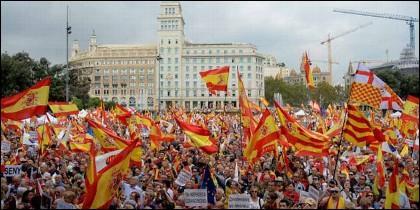 Miles de personas reivindican la unidad de España en Barcelona este 12-O de 2018.