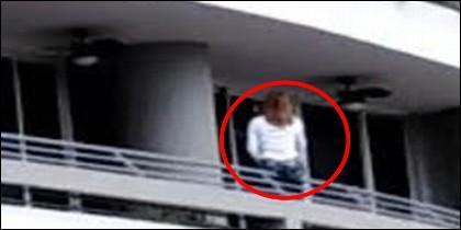 Mujer cae de balcón