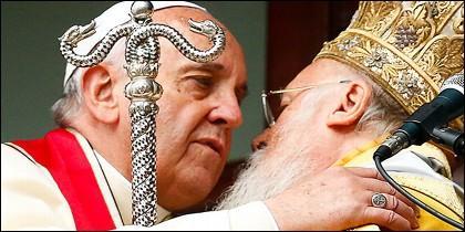 El papa Francisco se abraza con el patriarca Bartolomé I de Constantinopla