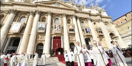 Francisco, junto a los retratos de los nuevos santos