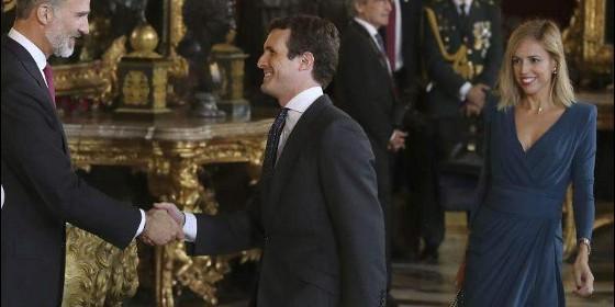 Pablo Casado saluda al Rey Felipe VI el 12 de octubre.