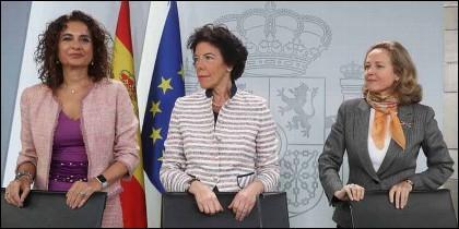 La ministra de Hacienda, María Jesús Montero; la ministra portavoz, Isabel Celaá; y la titular de Economía, Nadia Calviño.