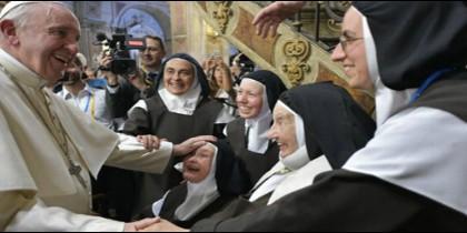 Francisco saluda a un grupo de monjas