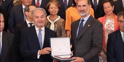 Don Felipe junto a la representación del pleno del Consejo General de Procuradores de España.