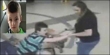 El pequeño Thatcher, que es autista, siendo arrastrado por la profesora y la enfermera.