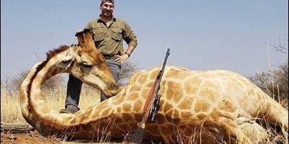 Blake Fischer posa con una jirafa asesinada