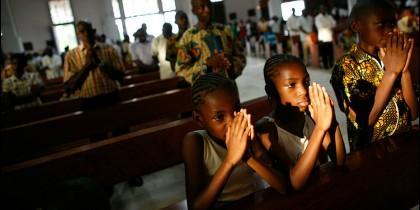 Gente rezando en una iglesia de Camerún
