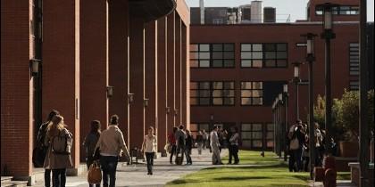La Universidad Carlos III de Madrid es una universidad pública, con domilicio en Getafe
