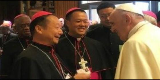 El Papa saluda a los dos obispos chinos presentes en el Sínodo