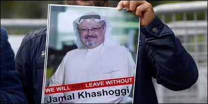 Un manifestante agita ante la embajada de Arabia Saudí un cartel con la foto del asesinado Jamal Khashoggi.