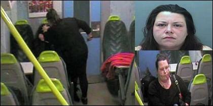Lisa Savage, de 42 años, mientras apuñalaba a su amiga Sarah Hayton y retirandose de la escana, con la cara ensangrentada.