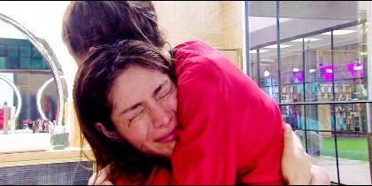 Miriam se abraza llorando a Verdeliss (Telecinco)