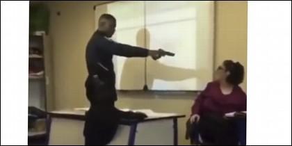 Amenza a su profesora con pistola