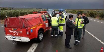 Guardia Civil, Policía Nacional y Bomberos mantienen la carretera A-384, que da acceso al municipio de Campillos, cortada al tráfico debido a las fuertes lluvias.