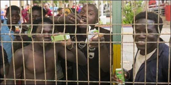 Inmigrantes a su llegada al CETI de Melilla, tras saltar violentamente la valla que separa España de Marruecos.