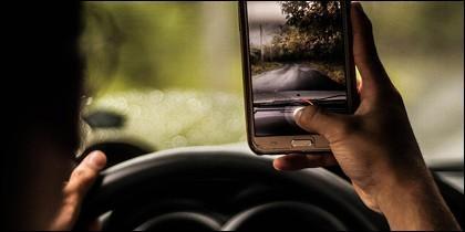 Conducir mirando el móvil