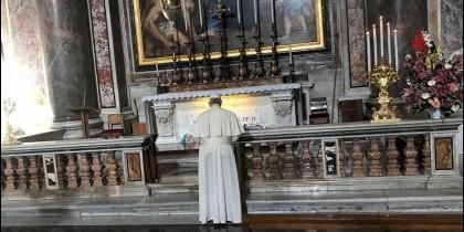 Francisco, ante la tumba de Juan Pablo II