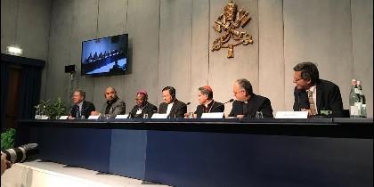 El Papa Francisco realizó una visita sorpresa a los redactores del texto, que será votado el sábado