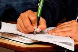 Joven escribiendo a mano