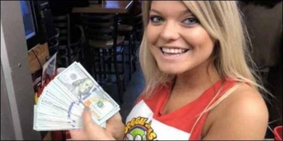 Custer, la camarera que recibió la propina de 10 mil dólares.