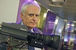 Paolo Vasile, posando con una cámara de Telecinco.