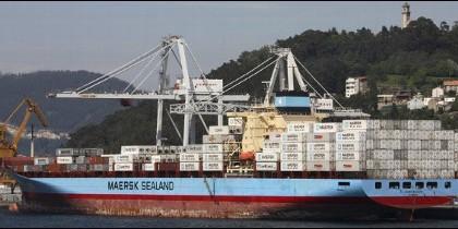 Un barco con contenedores saliendo del puerto de Vigo.