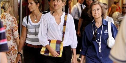 Doña Sofía junto a las Infantas Elena y Cristina.