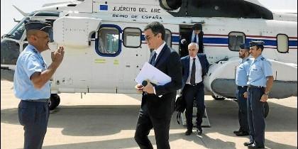 Pedro Sánchez, en uno de sus múltiples viajes en Super Puma.