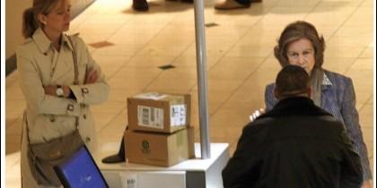 La Reina Sofía, de compras con su hija la Infanta Cristina.