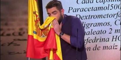 Dani Mateo sonándose con una bandera de España