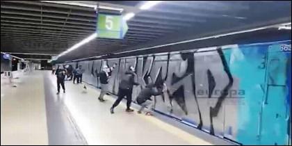 Una banda de grafiteros pinta vagones del Metro de Madrid la noche de Halloween de 2018.