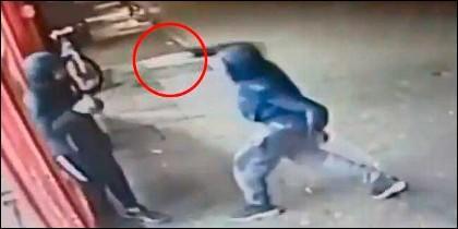 Apuñalamiento del joven (Captura CCTV)