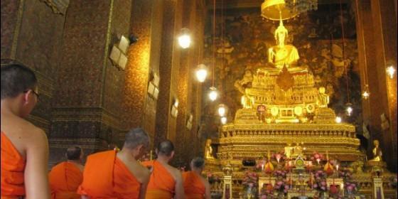 Monjes budistas en el Templo Real de Chetupon