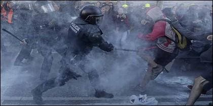 Los Mossos d'Esquadra cargan contra fanáticos de los Comité de Defensa de la República (CDR), en Barcelona.