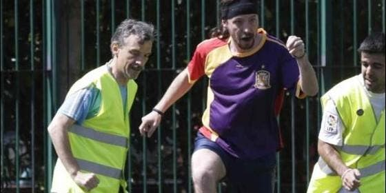 Pablo Iglesias, jugando al fútbol con una camiseta con los colores de la bandera republicana