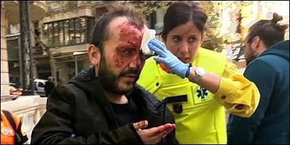 A. S. F., agredido por fanáticos independentistas en el Metro de Barcelona, por llevar una bandera española.