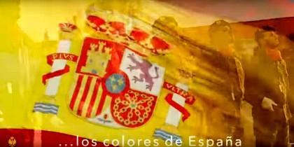 Bandera de España con soldados en el fondo (Captura vídeo)