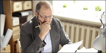 Hombre leyendo facturas