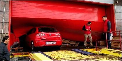El coche empotrado en la puerta de los grandes almacenes