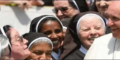 Francisco, rodeado de monjas