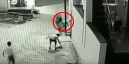 Niño cae desde 12 metros