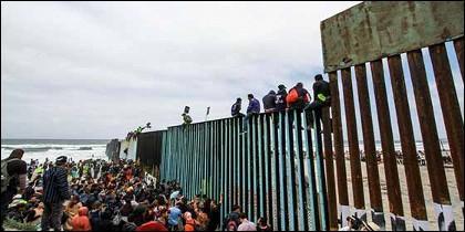 La caravana de migrantes llega a la frontera entre México y Estados Unidos