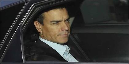 Pedro Sánchez en el coche oficial.
