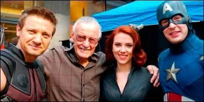 Stan Lee con parte de Los Vengadores