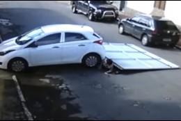 Coche arrolla las puertas de un garaje